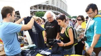 Assistents al concert del Camp Nou comprant samarretes commemoratives del de la Devesa de Girona A. PUIG