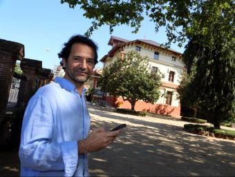 Domènech a l'edifici de Ca l'Alfaro de Llavaneres, un dels indrets recomanats des de l'aplicació.  QUIM PUIG