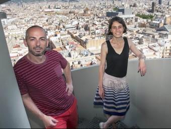 Alon Eldar i Elisabet Cristià, cofundadors d'Only-apartments, a la planta 15ena de l'edifici Colom de Barcelona.  JOSEP LOSADA