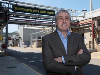 Sergi Ruscalleda, davant un dels cartells sobre seguretat que hi ha a la fàbrica.  JOAN SABATER