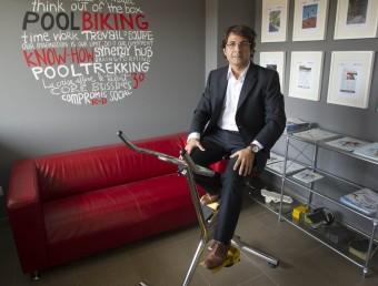 El fundador de Poolbike, Ferran Bosque, damunt d'un dels seus models de bicicleta per pedalejar sota l'aigua.  JOSÉ CARLOS LEÓN