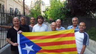 Membres del col·lectiu que ha impulsat La Natació Catalana per la Independència, i el seu manifest reivindicatiu. EL 9