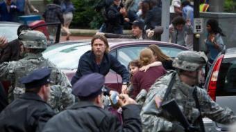 Brad Pitt mira de protegir la seva família en una de les primeres escenes de 'Guerra Mundial Z', quan els zombis ataquen la seva ciutat, Filadèlfia PARAMOUNT