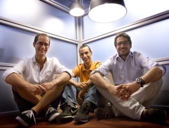 Ignasi Vilajosana, fundador de Worldsensing, amb els becaris Santi Muñoz i Àlex Viladegut