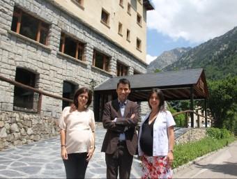 La directora comercial, Marta Pardo; el director general, Albert Isasi, i la directora mèdica, Lorena Vela.  D.M