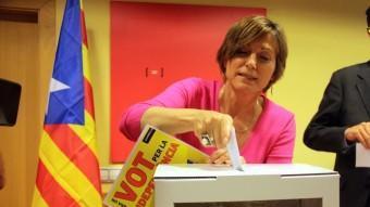 Carme Forcadell dipositant el seu vot en la campanya de l'Assemblea Nacional Catalana ACN