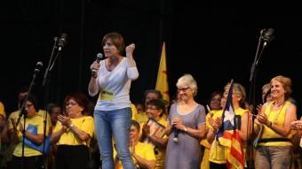 Carme Forcadell, presidenta de l'ANC, en un moment del seu parlament, secundada per Muriel Casals, d'Òmnium Cultural ANDREU PUIG