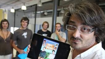 Robert Bellsolà, envoltat d'una part del seu equip, ahir mostrant el cartell en anglès del film al Viver d'Empreses Creativoculturals de Salt LLUÍS SERRAT