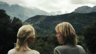 Christelle Cornil (a la dreta) i la seva mare davant el paisatge muntanyós que es veu des de la casa a Còrcega SURTSEY FILMS