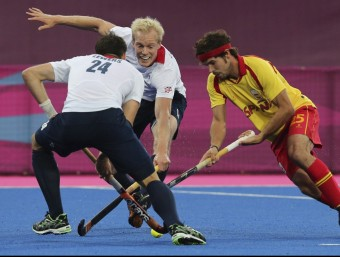 Pau Quemada disputa una bola a Lewers i Wilson durant els Jocs EFE
