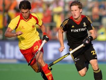 El català Manel Terraza corre al costat del belga Boon, autor del primer gol DIRK WAEM / AFP