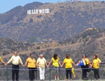 Cadena humana a Los Angeles, a Califòrnia, davant de la mítica imatge de Hollywood, diumenge passat EL PUNT AVUI