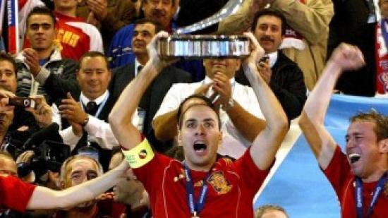 Javi Rodríguez alça el trofeu de campions d'Europa. Foto:EFE