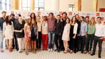 El realitzador Dani de la Orden –al mig–, envoltat dels productors i els intèrprets de 'Barcelona, nit d'estiu' ANDREU PUIG