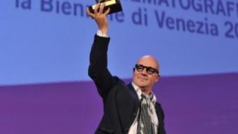 El director italià Gianfranco Rosi sosté el Lleó d'Or aconseguit pel seu documental 'Sacro Gra' AFP