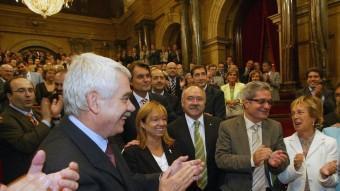 Maragall, De Madre, Carod-Rovira, Saura, Mieras i Geli, i tot l'hemicicle aplaudint l'aprovació al Parlament de l' Estatut el 30 de setembre del 2005 X. B. /ARXIU