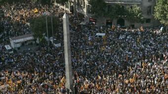La manifestació contra la sentència de l'Estatut , a la confluència de la Diagonal i el Passeig de Gràcia Foto:J. LOSADA / ARXIU