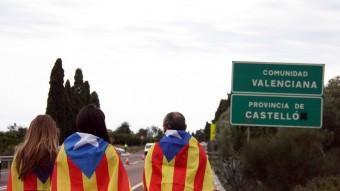 Tres participants de la Via Catalana, aquest dimecres al límit administratiu entre Vinaròs i Alcanar abans de l'inici de la cadena humana ACN