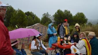L'Antoni Pirla (amb la barretina) dinant sota la pluja amb un grup d'amics de Terrassa, a l'aparcament d'autocars habilitat al tram 362. L. S