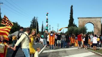 Pilars simultanis al voltant de l'arc de Berà, al tram 271 de la Via Catalana, en què van actuar set colles castelleres ACN