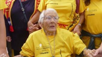Emília Alibés, envoltada de familiars i amics, durant la Via Catalana en el tram de davant l'església de Pineda de Mar. T.M