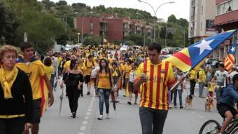 Un participant utilitza el seu telèfon intel·ligent en un dels trams de la Via Catalana al seu pas per Figueres JOAN SABATER