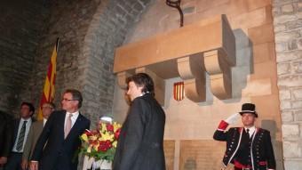Artur Mas, amb l'alcalde de Ripoll, al moment en què van dipositar un ram de flors als peus de la tomba de Guifré el Pelós, al monestir de Ripoll. J.C