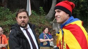 El president d'ERC, Oriol Junqueras, saluda un jove durant la Via Catalana ACN