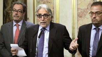 El diputat de CiU, Josep Sánchez Llibre, al centre, acompanyat ahir dels també diputats Pere Macià i Martí Barberà EFE