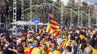 La Via Catalana va reunir una munió de persones al seu pas per Badalona ORIOL DURAN