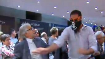 Un dels assaltants agredeix el diputat de CiU Josep Sánchez-Llibre, el passat dimecres a la seu de la Generalitat a Madrid