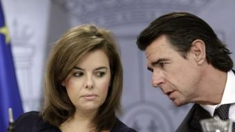 La vicepresidenta del govern espanyol, Soraya Sáenz de Santamaría, i el ministre d'Industria, José Manuel Soria, a la roda de premsa d'aquest divendres EFE