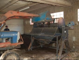Un tractor tirant el compost ja madurat al garbell en l'anterior planta de Boadella que ara serà substituïda per una nova EL PUNT AVUI