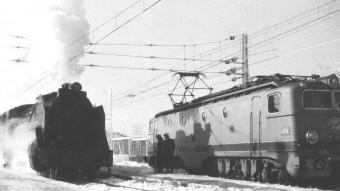 Una màquina de vapor n'avança una d'elèctrica en un gest d'afirmació d'un temps que s'estava acabant. AMICS DEL FERROCARRIL, COMARQUES GIRONINES
