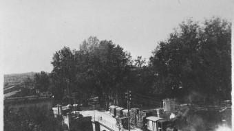 El tramvia del Baix Empordà passant pel pont de la Bisbal AJUNTAMENT GIRONA CRDI FONS NARCÍS SANS (AUTOR DESCONEGUT)