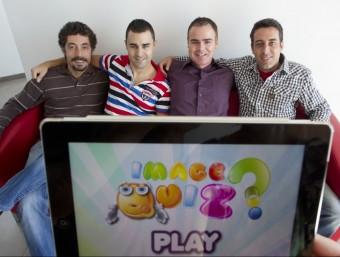 Els creadors d'Image Quiz, un joc per a dispositius mòbils que ha aconseguit milers de descàrregues.  JOSÉ CARLOS LEÓN