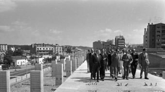 Visita d'obres del ministre Fernández de la Mora. Al viaducte encara hi havia les vies de l'antic traçat. ARXIU NARCÍS SANS/CRDI