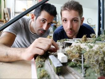 Edgar Rubio i Sergio Díaz amb alguns dels trens i accessoris ferroviaris que fabriquen.  ANDREU PUIG
