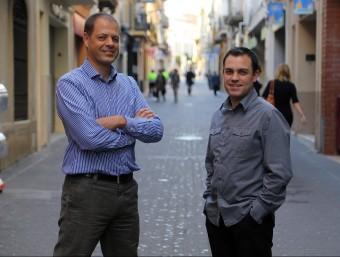 Tomàs Martínez i Jordi Mestre en un dels carrers comercials de Mataró d'on tenen comerços al web.  Foto:QUIM PUIG