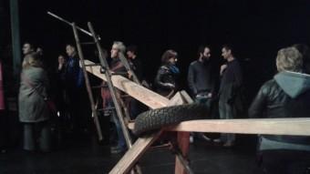 Públic envoltant la instal·lació de Jordi Galí de l'acció T, dissabte a La Planeta SPA