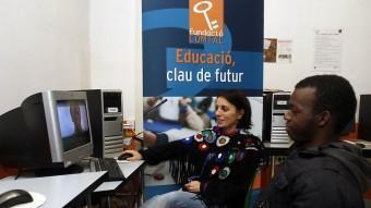 Alhassane Bah ahir a la Fundació Comtal repassant amb l'educadora, Laia Savall, el seu videocurrículum ORIOL DURAN