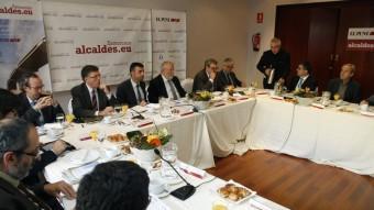 La taula del debat que van organitzar ahir El Punt Avui i Alcaldes.eu ORIOL DURAN