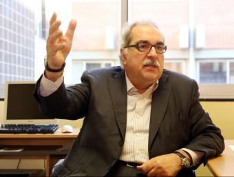 El professor Antoni Soy, al seu despatx de la Facultat d'Econòmiques de la Universitat de Barcelona (UB)  ANDREU PUIG