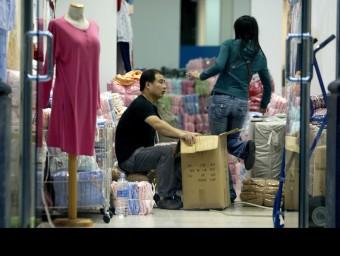 Les botigues de roba és un dels negocis que més abunden entre la comunitat xinesa.  QUIM PUIG