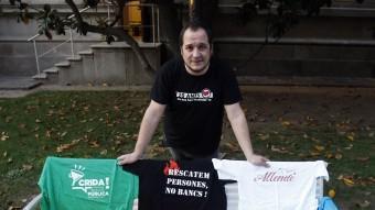 El diputat David Fernández mostrant algunes de les samarretes que ha portat en les seves intervencions, als jardins del Parlament de Catalunya ORIOL DURAN