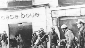 Soldats franquistes que havien ocupat Girona, apagant un incendi a can Boué