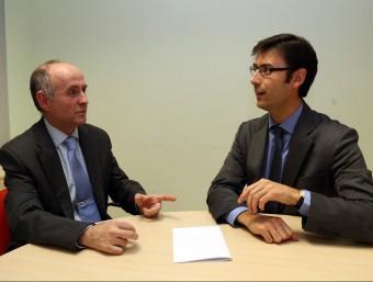 D'esquerra a dreta, Eduardo Rojo i Marc Carrera, durant la trobada conjunta per analitzar la conveniència d'elaborar una llei de serveis essencials a L'Econòmic.  JUANMA RAMOS