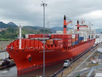 Un vaixell carregat de contenidors, travessant el Canal de Panamà.  AFP