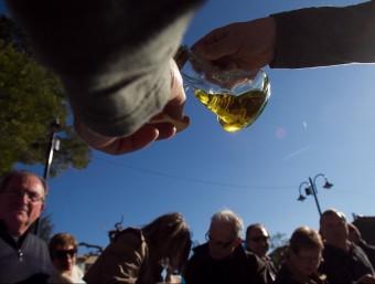 La producció d'oli català és escassa i malgrat que el sector es vanta d'alta qualitat, no la sap explotar.  ARXIU