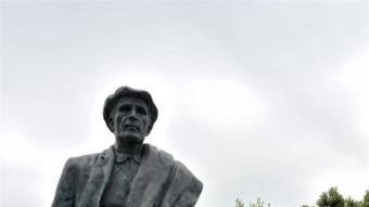 El monument a l'exili que hi ha a la Vajol, i que reprodueix part de la família Gracia (pare i filla) QUIM GIRÓ / AJUNTAMENT LA VAJOL